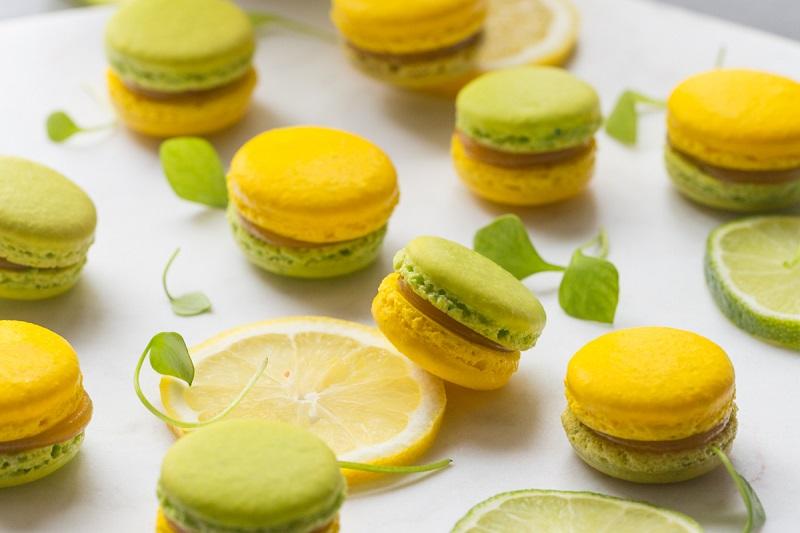 Farandole de pâtisseries autour du citron: Macarons, tartelettes, cakes